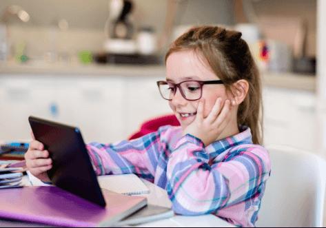 In Vlaanderen liet 89% van de leerkrachten leerlingen oefenen of taken maken op een digitaal platform. Dat is meer dan het Europese gemiddelde van 87%. De grote vraag is echter: wat neemt het onderwijs hiervan mee naar het nieuwe schooljaar?